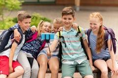 Étudiants heureux d'école primaire prenant le selfie Photo stock