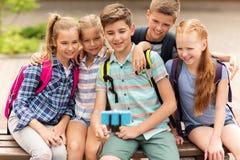 Étudiants heureux d'école primaire prenant le selfie Photos libres de droits
