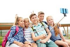 Étudiants heureux d'école primaire prenant le selfie Images libres de droits