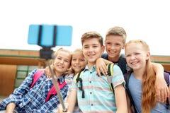 Étudiants heureux d'école primaire prenant le selfie Image stock