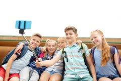 Étudiants heureux d'école primaire prenant le selfie Photographie stock libre de droits