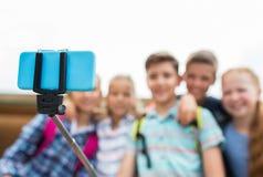Étudiants heureux d'école primaire prenant le selfie Images stock