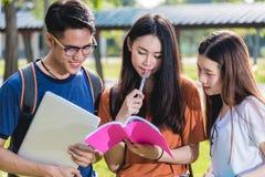 Étudiants heureux d'amis de groupe se tenant dans l'université Image libre de droits