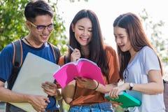 Étudiants heureux d'amis de groupe se tenant dans l'université Photos stock