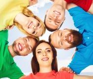 Étudiants heureux dans l'habillement coloré se tenant ensemble Éducation Photo libre de droits