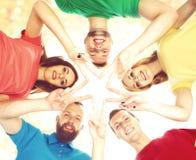 Étudiants heureux dans l'habillement coloré se tenant ensemble faisant le sta Photographie stock