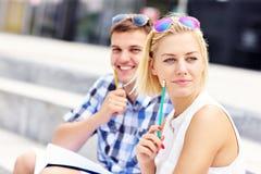 Étudiants heureux dans le campus Photos stock