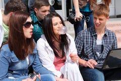 Étudiants heureux de groupe de verticale Photos libres de droits