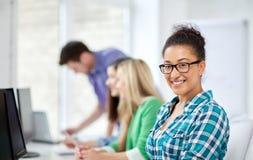 Étudiants heureux de lycée dans la classe d'ordinateur Image libre de droits