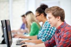 Étudiants heureux de lycée dans la classe d'ordinateur Images libres de droits