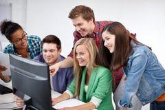 Étudiants heureux de lycée dans la classe d'ordinateur Photos stock