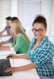 Étudiants heureux de lycée dans la classe d'ordinateur Photo stock