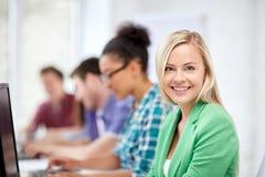 Étudiants heureux de lycée dans la classe d'ordinateur Photographie stock