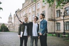 Étudiants heureux réussis tenant le campus ou l'université proche dehors Images libres de droits