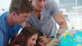 Étudiants heureux regardant un globe clips vidéos
