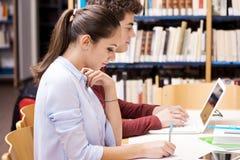 Étudiants heureux studing ensemble Image libre de droits