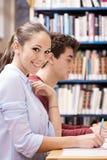 Étudiants heureux studing ensemble Photos stock