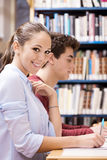 Étudiants heureux studing ensemble Photographie stock libre de droits