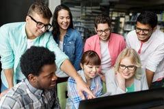 Étudiants internationaux avec des ordinateurs à la bibliothèque Photos libres de droits