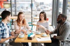 Étudiants internationaux passant le temps de déjeuner ensemble Photo stock