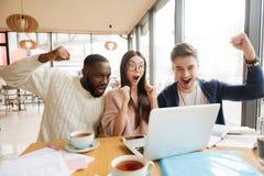 Étudiants internationaux positifs hving l'amusement dans le café Photographie stock libre de droits