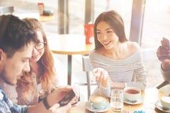Étudiants internationaux positifs se reposant en café de Th Images stock
