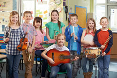 Étudiants jouant dans l'orchestre d'école ensemble Images libres de droits