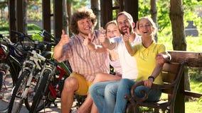 Étudiants joyeux renonçant à des pouces dehors clips vidéos