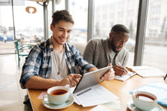 Étudiants joyeux s'asseyant dans le café Photo libre de droits
