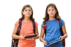 Étudiants jumeaux handicapés avec des comprimés. Photographie stock