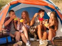 Étudiants mangeant des nouilles près de la tente sur un fond naturel Couples sur des vacances en camping Voyageant et augmentant  Photos stock