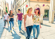 Étudiants marchant dehors Photographie stock libre de droits