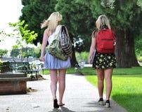 Étudiants marchant devant l'école Images stock