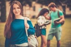 Étudiants marchant en parc de ville Photos stock