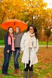 Étudiants marchant en stationnement d'automne Photos libres de droits