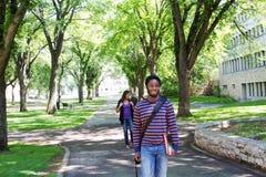 Étudiants marchant et parlant Photographie stock libre de droits