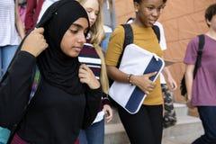 Étudiants marchant et parlant l'unité Images libres de droits