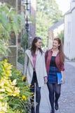 Étudiants marchant par la rue Photographie stock