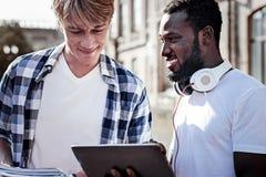 Étudiants masculins positifs se tenant ensemble Image libre de droits