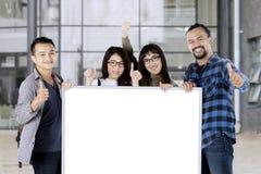 Étudiants montrant le signe correct et conseil Photo stock