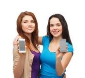 Étudiants montrant les écrans vides de smartphones Image stock