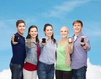 Étudiants montrant les écrans vides de smartphones Photos stock