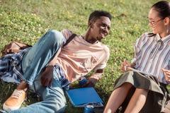 Étudiants multi-ethniques étudiant sur l'herbe Photo libre de droits