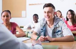 Étudiants multi-ethniques dans la salle de classe Photo libre de droits