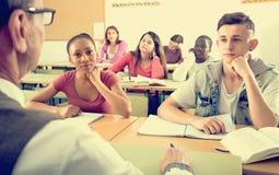 Étudiants multi-ethniques dans la salle de classe Image libre de droits