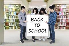 Étudiants multiraciaux avec le texte de nouveau à l'école Photographie stock libre de droits