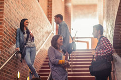 Étudiants occasionnels se tenant sur la causerie d'escaliers Images libres de droits