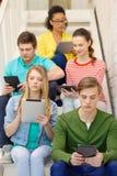 Étudiants occupés avec l'ordinateur de PC de comprimé Photos libres de droits