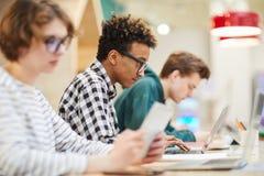 Étudiants occupés dans la classe d'ordinateur photo libre de droits