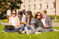 Étudiants ou adolescents avec des ordinateurs portables Photo stock